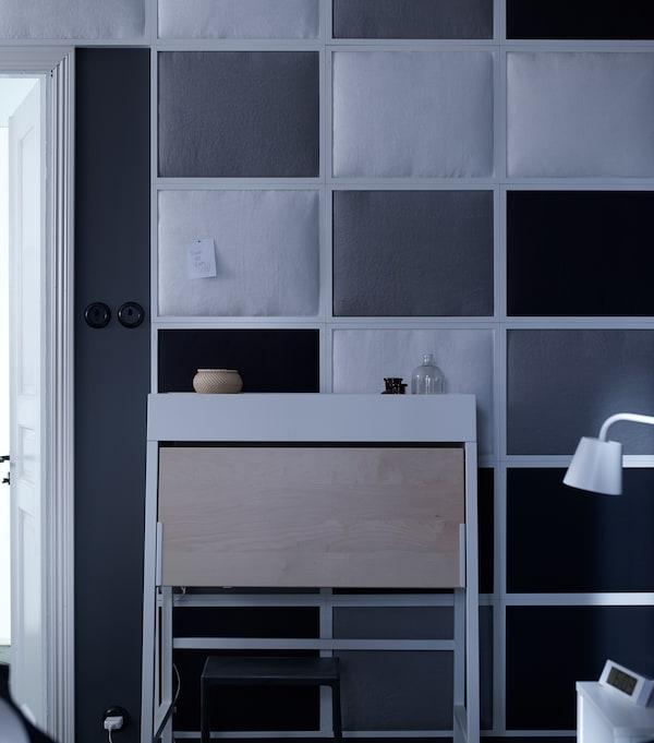 إضاءة ومرآة داخل خزانة تعني تمكنك من وضع الماكياج بينما تظل باقي الغرفة مغلفة بالظلام.