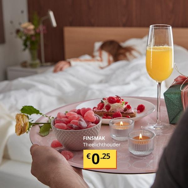 Iemand verrast zijn/haar liefje met ontbijt op bed