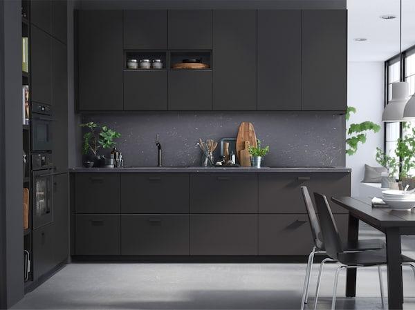 IKEA a tout fait pour ne pas faire de compromis pour la cuisine KUNGSBACKA, ni en matière de design, ni de qualité, ni defonctionalité, ni de prix et encore moins au niveau des aspects durables.