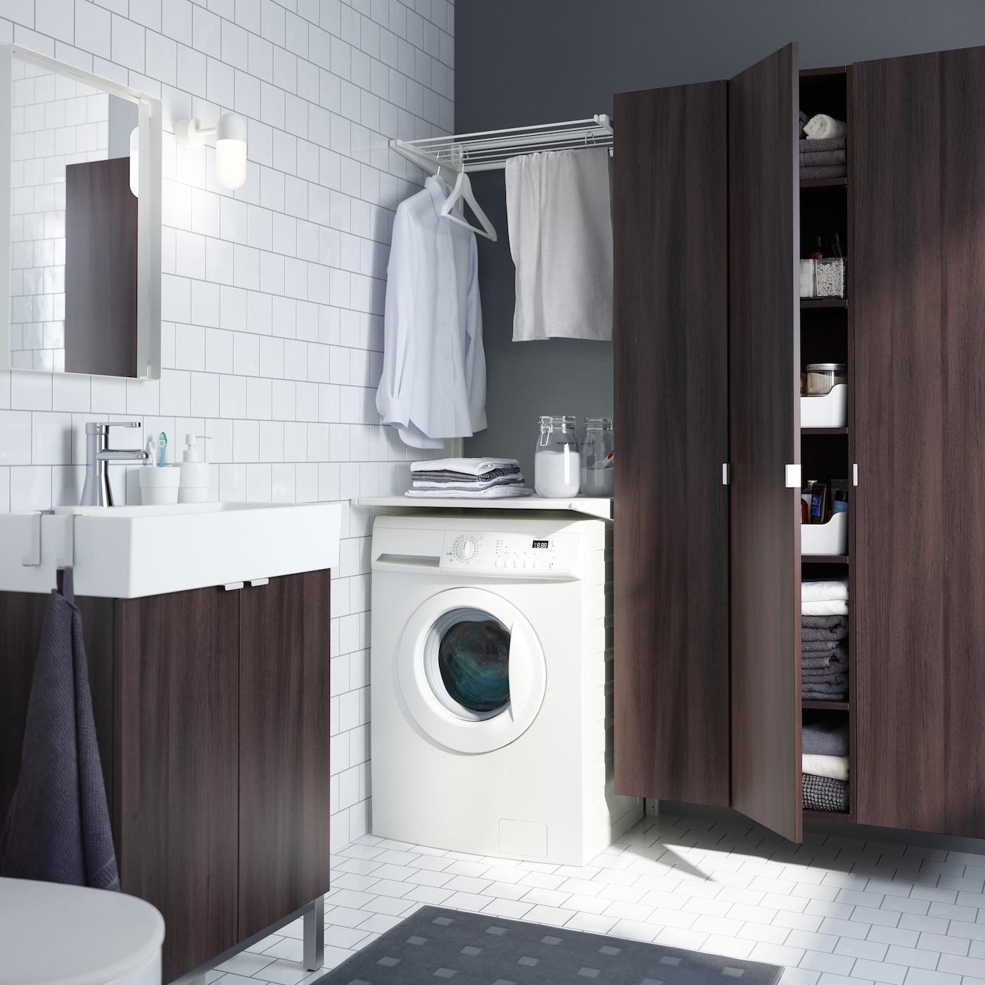 IKEA ALGOT väggskena ovanför tvättmaskin i ett ljust badrum med LILLÅNGEN badrumsinredning i brunsvart.