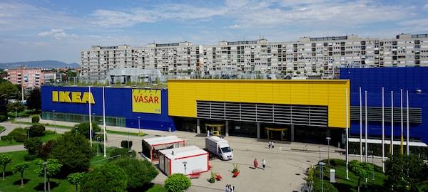 IKEA áruház, nappal, előtte a parkkal