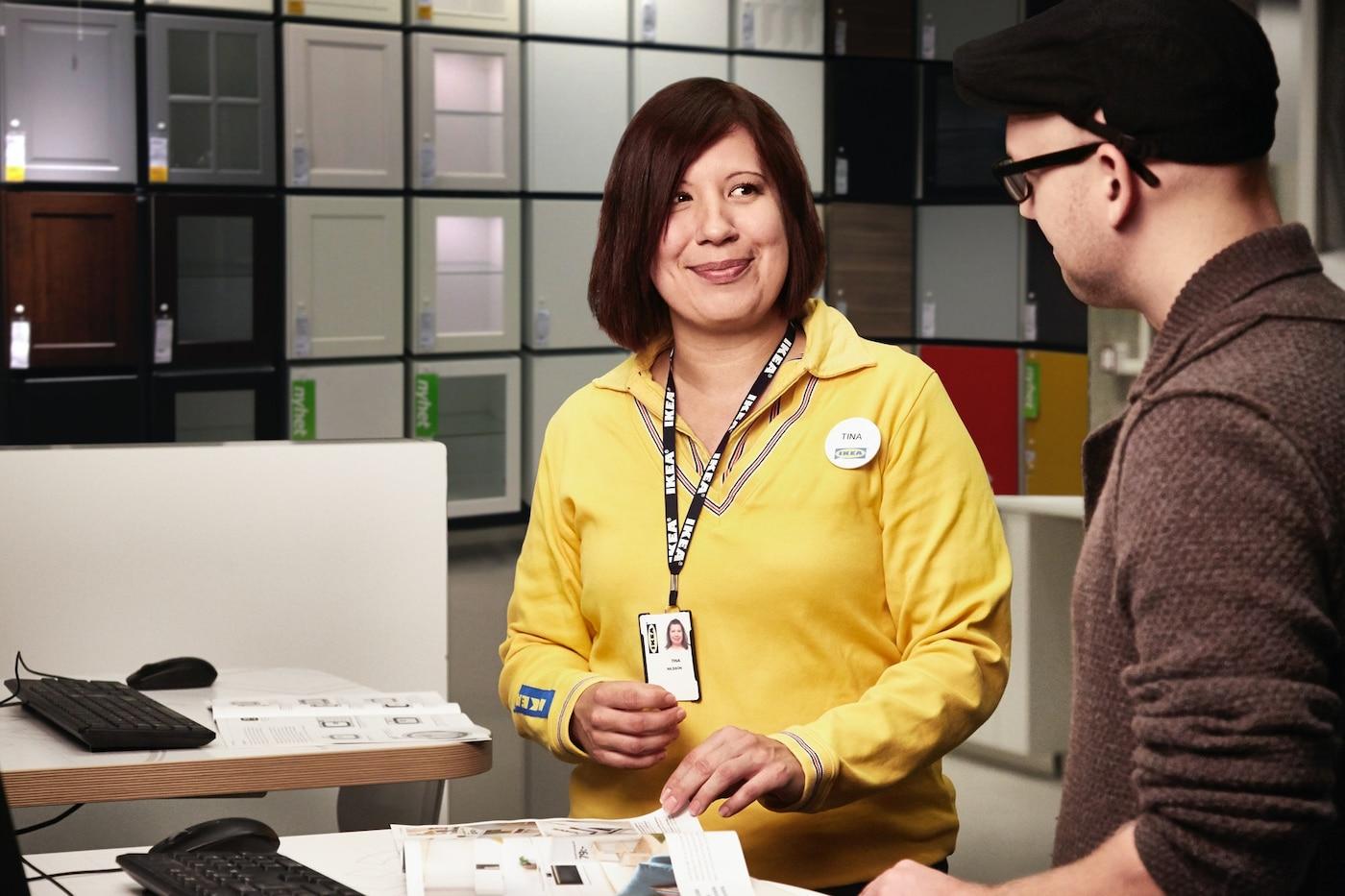 IKEA-asiakaspalvelija keskustelee asiakkaan kanssa
