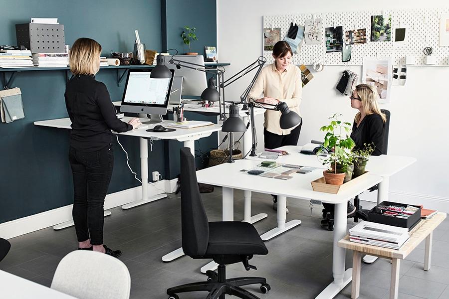 IKEA BEKANT höj- och sänkbara skrivbord i öppet kontorslandskap.