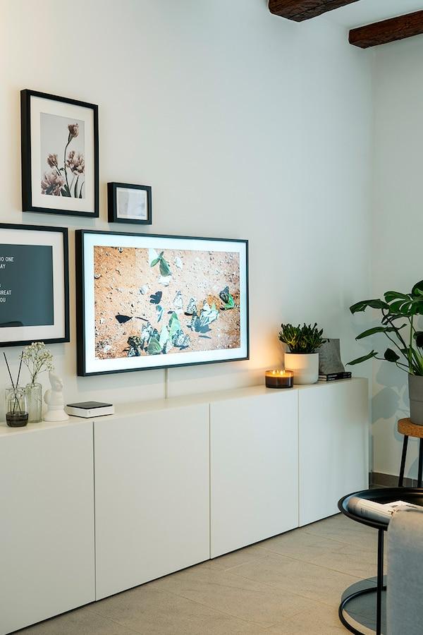 IKEA BESTÅ offre beaucoup d'espace de rangement dans un petit salon.