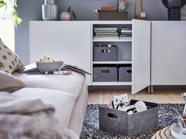 IKEA BESTÅ sorozat VASSVIKEN méhsejtmintás ajtóval, sötétszürke filc tárolódobozokkal.