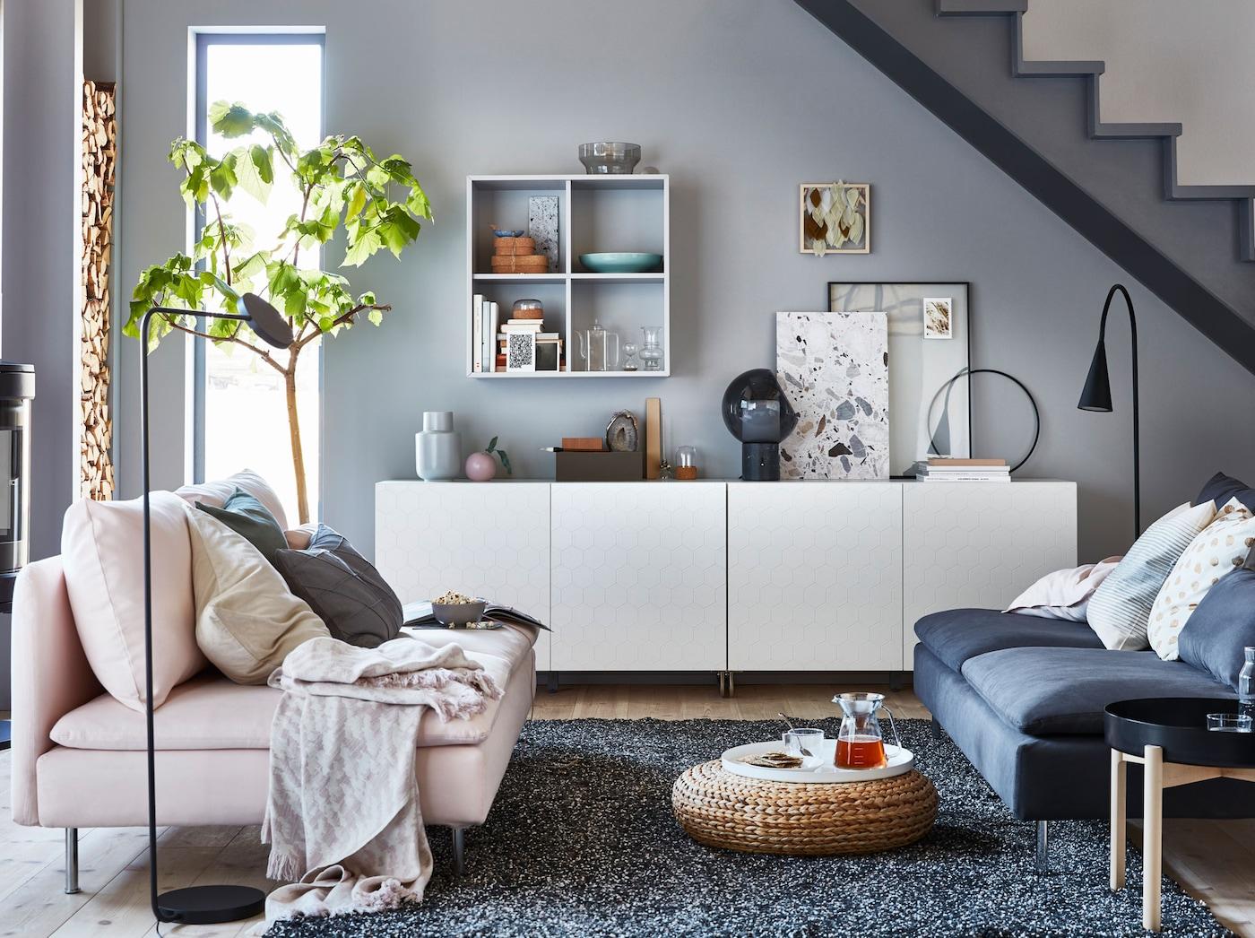 IKEA BESTÅ suljettu säilytyskokonaisuus ja uudet kennokuvioiset VASSVIKEN ovet tekevät yhteistyötä ja luovat fiksun ja virtaviivaisen olohuoneen säilytysratkaisun.