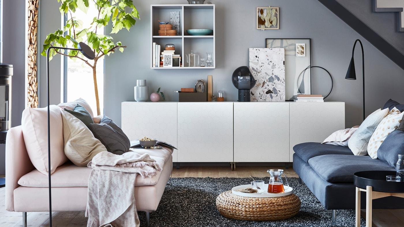 IKEA BESTÅ vit, lågt skåp med EKET hylla i vardagsrum med rosa soffa.