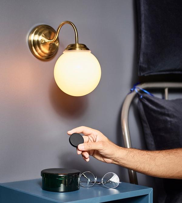 IKEA bietet dir viele Ideen, um dein Schlafzimmer noch angenehmer zu machen. Mit TRÅDFRI Dimmer-Set kannst du dir eine kabellose Beleuchtungslösung mit bis zu 10 Lichtquellen einrichten, die sich problemlos vom Bett aus steuern lässt.
