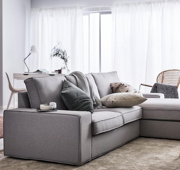 IKEA bietet ein breites Sofasortiment. Eines davon ist KIVIK, eine großzügig geschnittene Sofaserie mit Armlehnen, auf denen es sich hervorragend sitzen lässt, und Sitzpolstern aus Memoryschaum, der sich wunderbar deinem Körper anpasst. So wie dieses hier: IKEA KIVIK 2er-Sofa und Récamiere mit Bezug