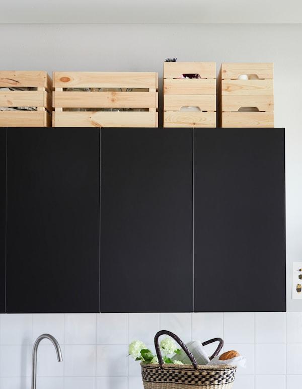 IKEA bietet viele Aufbewahrungsmöglichkeiten über Küchenschränken, z. B. KNAGGLIG Kasten aus Kiefernholz: Sie bieten jede Menge Stauraum, sind stapelbar und lassen sich im Stil deiner Küche streichen, lasieren oder ölen.