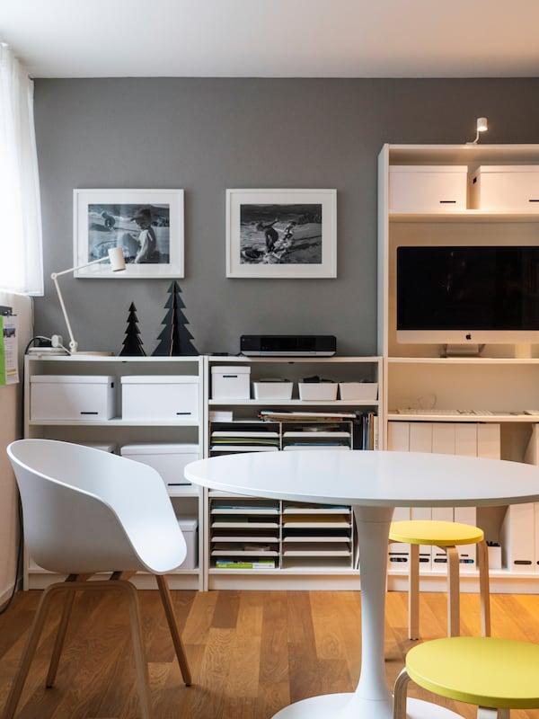 IKEA BILLY Regal und schlichte Farben sorgen für Ordnung im Arbeitszimmer.