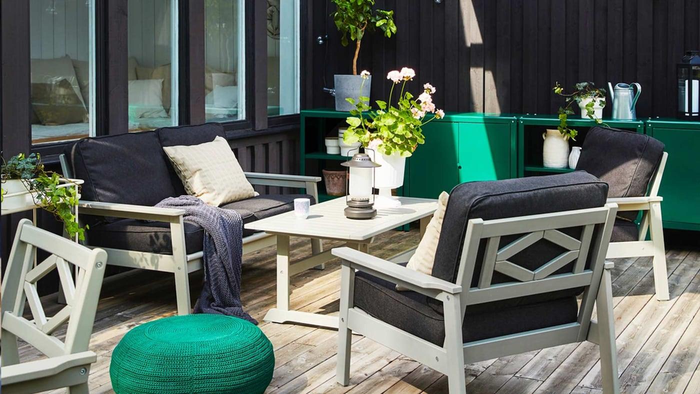 IKEA BONDHOLMEN Bank und Sessel auf einer Terrasse
