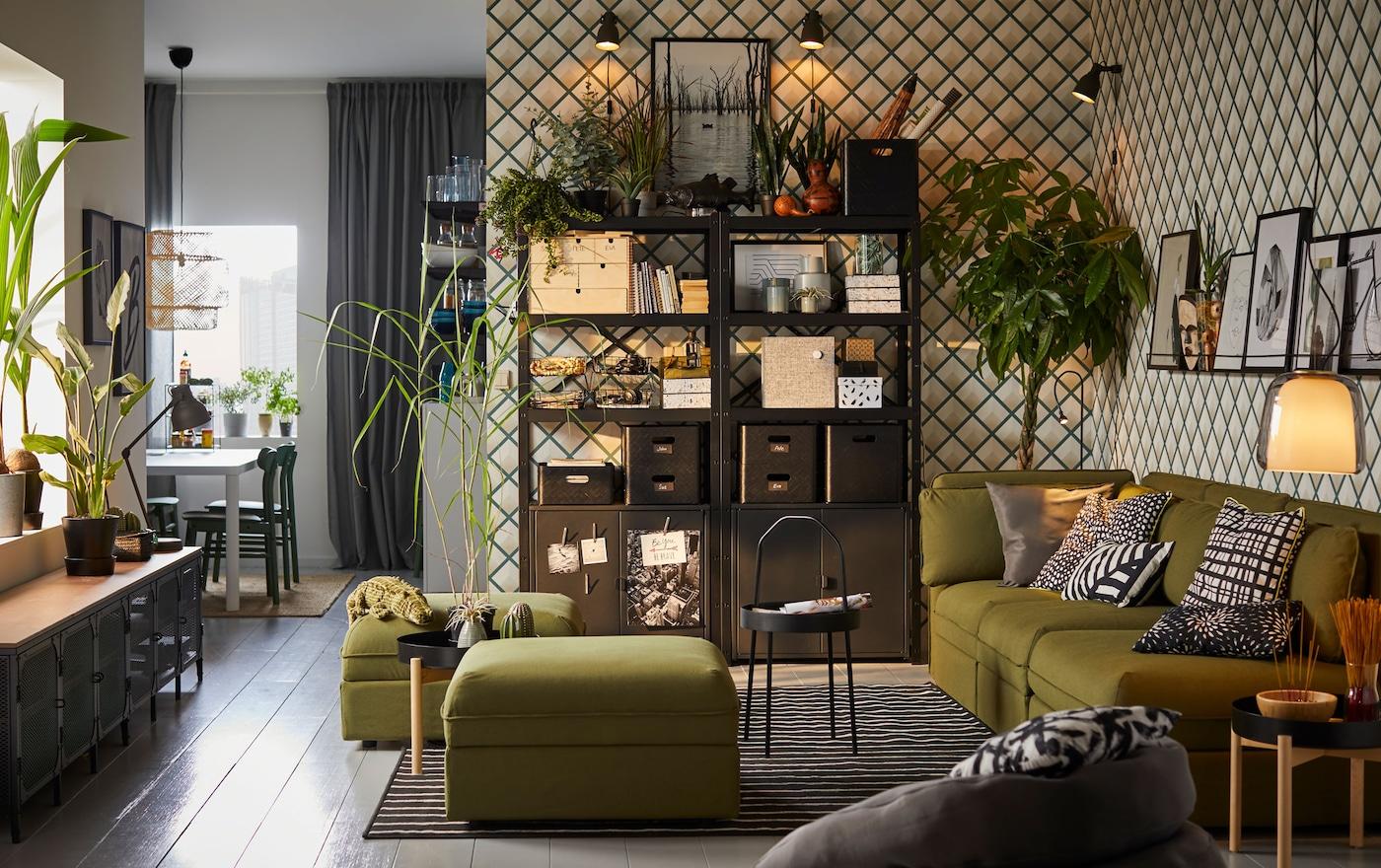 IKEA BROR hyllyt ovat monipuolinen säilytysjärjestelmä, joka voidaan sijoittaa olohuoneeseen, ulkotilaan, varastoon tai autotalliin. Se kestää raskaitakin kuormia, joten sillä voi säilyttää työkaluja, kasveja, koreja ja laatikoita.