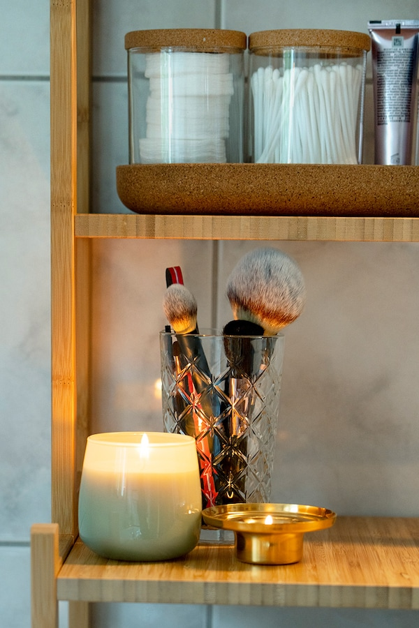 IKEA candles ensure a cosy ambience in the bathroom.
