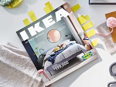 책상 위에 놓여져 있는 IKEA Catalogue