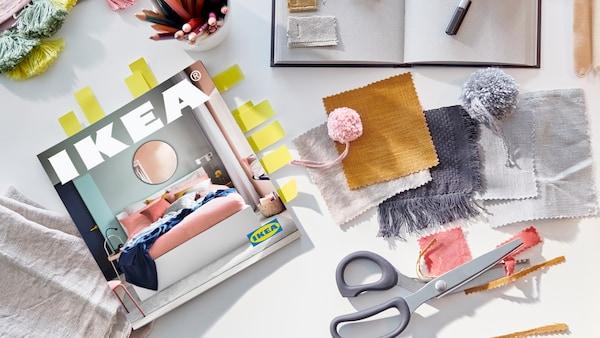 IKEA catalogus op een tafel met een schaar en lapjes stof