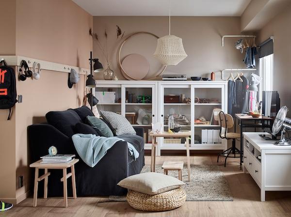 IKEA conçoit du mobilier pour les petits espaces, depuis des convertibles jusqu'à des lampes réglables, en passant par des rangements compacts, dans tous les formats, pour tous les styles de vie flexibles.