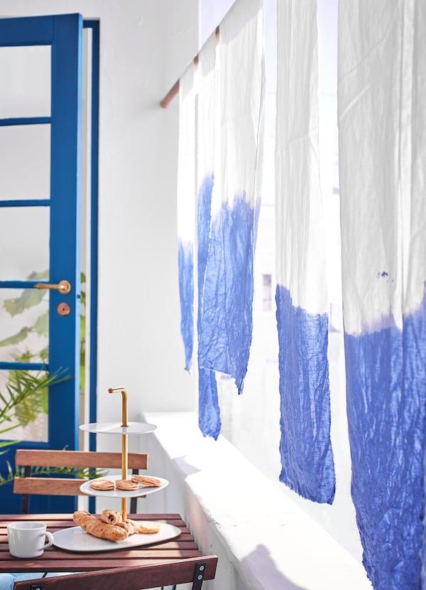 IKEA DITTE ІКЕА ДІТТЕ біла екологічна бавовняна тканина з яскраво-синім градієнтним візерунком.
