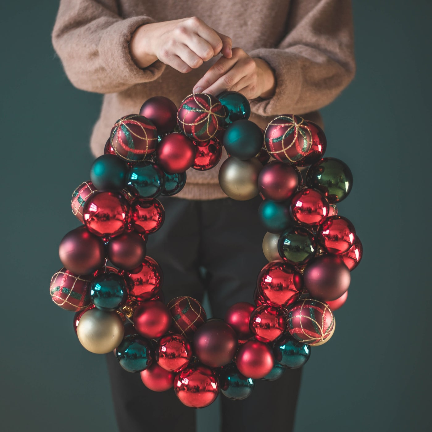 IKEA DIY krans med julgranskulor.