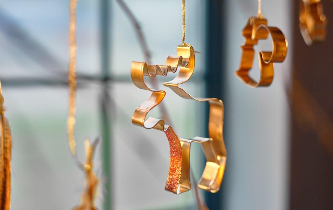 IKEA DRÖMMAR Förmchen, als Dekoration an einem Fenster hängend