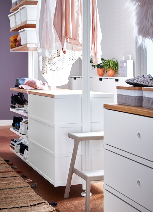 IKEA ELVARLI open wardrobe storage system comes with durable bamboo shelving surfaces to create an attractive display. The adjustable shelves and clothes rail make it easy for you to customise the space according to your needs.