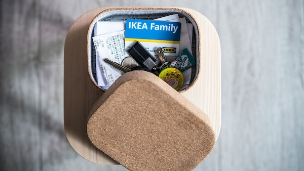 IKEA family kártya és nyugták egy dobozban.