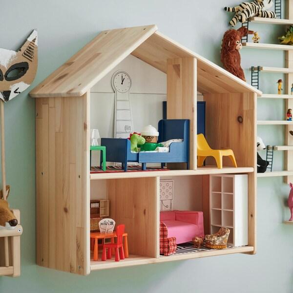 IKEA FLISAT nukkekoti / seinähylly tarjoaa lapselle mahdollisuuden sisustaa nukeille kodin kotileikkejä varten. Lapsen kasvaessa FLISAT nukkekotia voi käyttää kirjahyllynä tai erilaisten tavaroiden esillepanoon.