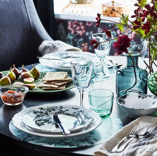 IKEA FRAMTRÄDA ІКЕА ФРАМТРЕДА прозорий скляний посуд на обідньому столі.