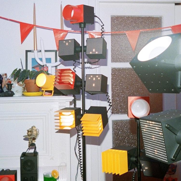 IKEA FREKVENS högtalare och belysning på stativ.