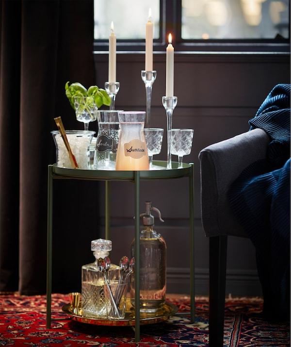 IKEA GLADOM Tabletttisch ist klein, flexibel und funktionell und eignet sich bestens, um Schönes zu präsentieren.