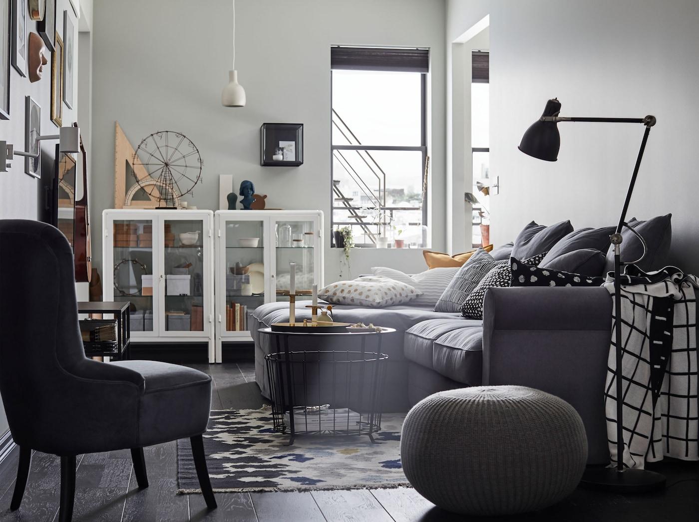 IKEA GRÖNLID LJUNGEN tummanharmaa sohva on tehty kestämään perheen käyttöä kokonaisen eliniän. Sohvassa on pehmeät selkätyynyt. Sohvan moduulirakenteen ansiosta siihen voi lisätä uusia osia, kun perhekoko kasvaa.