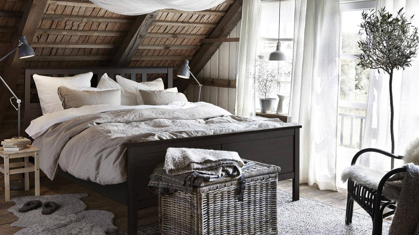 IKEA har rustikke soveværelsesmøbler, bl.a. HEMNES sengestel af bæredygtigt indkøbt massiv fyr med sortbrun bejdse. Stellet er robust med traditionelle detaljer og udstråler godt håndværk.