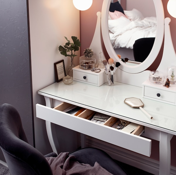 IKEA HEMNES white vanity dressing table comes with an oval-shaped mirror and two little drawers on top to store small makeup and accessories. The deep drawer below has 3 wood coloured dividers to help organise your things.