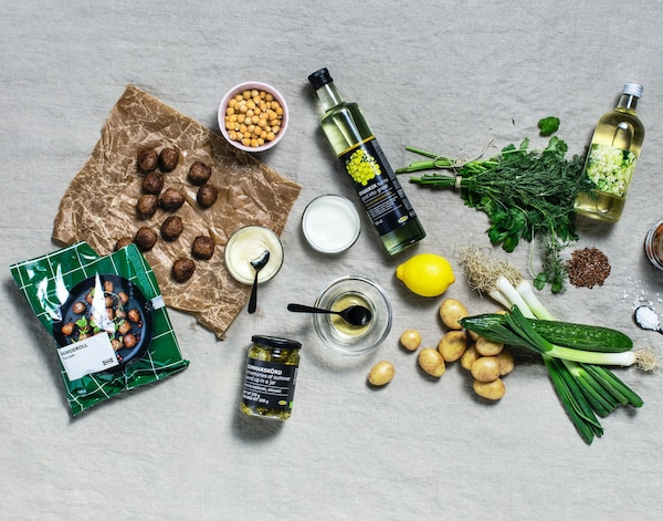 IKEA-herkkutorilta löytyvät HUVUDROLL kasviproteiinipyörykät, rapsiöljy, seljankukkamehu ja suolakurkut.