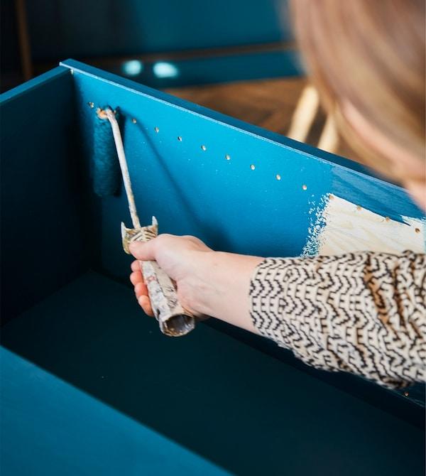 IKEA IVAR Schrank Kiefer ist die perfekte Grundlage für eine selbstgemachte Wandaufbewahrung. Dazu ganz einfach etwas Farbe oder Lasur aufbringen und eine Lochplatte im Inneren befestigen. Fertig ist deine individuelle Aufbewahrung.