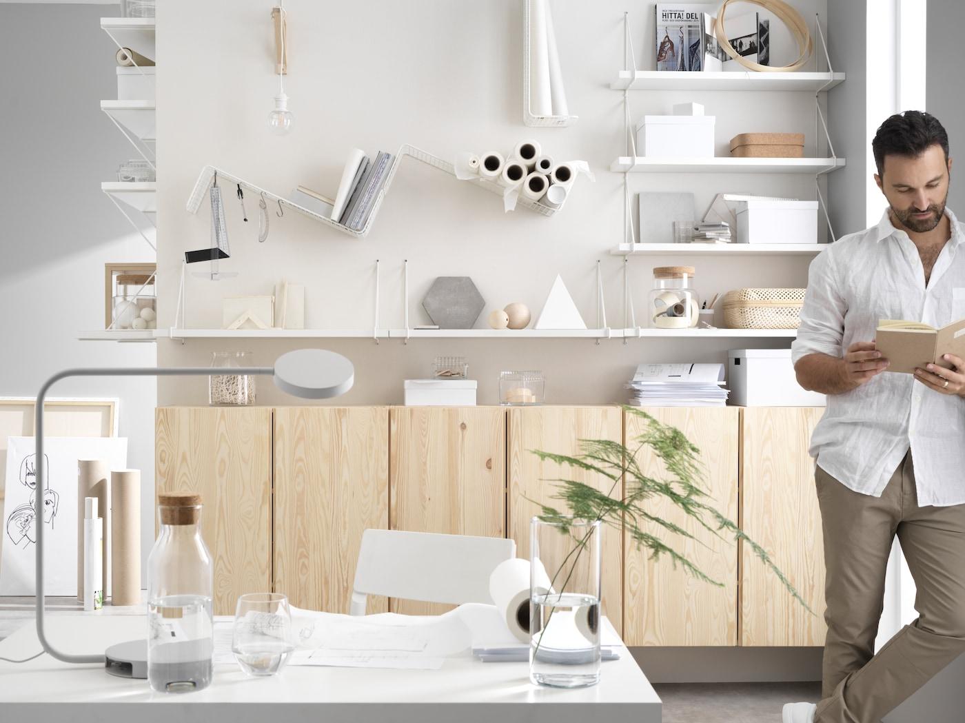 IKEA IVAR skåp i en ljus och luftig kontorsmiljö.