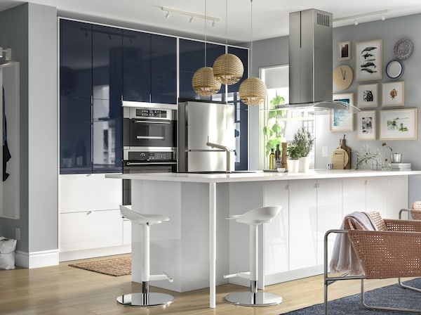 IKEA JÄRSTA black blue front kitchen doors have a high gloss sheen for a sleek appeal. Use them on your top and middle cabinets for a modern mood.