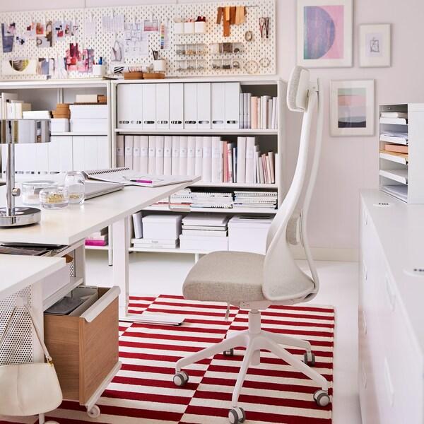 IKEA JÄRVFJÄLLET beige swivel chair and SKARSTA white crank sit-stand desk.