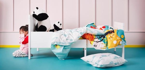 IKEA Kinderzimmer: Mädchen verdeckt sich mit den Händen das Gesicht