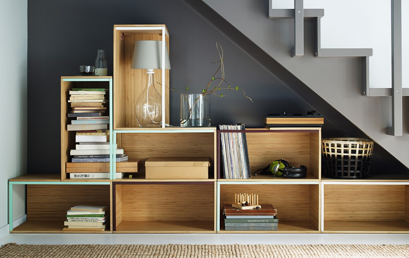 IKEA-ko biltegiratze-kaxak eskailera baten azpian pilatuta.