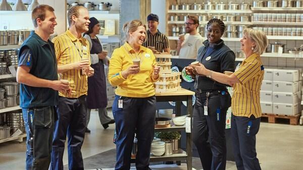 Ikea kolegové diskutující v kruhu s úsměvem na tváři symbolizující začlenění