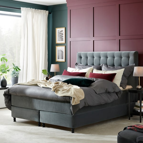 IKEA KONGSFJORD kontinentalsäng i mörkgrå i ett ljust sovrum.