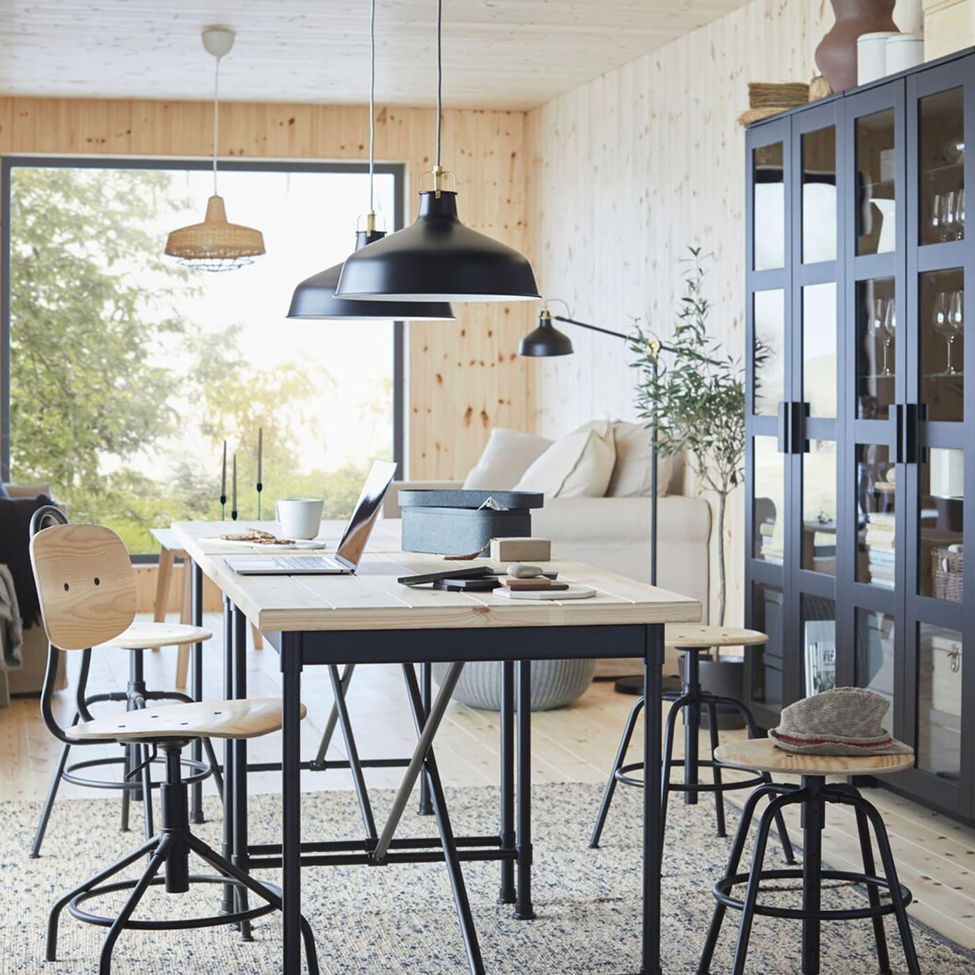 IKEA KULLABERG Schreibtisch Kiefer/schwarz hat eine dicke Arbeitsplatte in industriellem Design. Er eignet sich für Büro, Essbereich und sogar Wohnzimmer wunderbar.