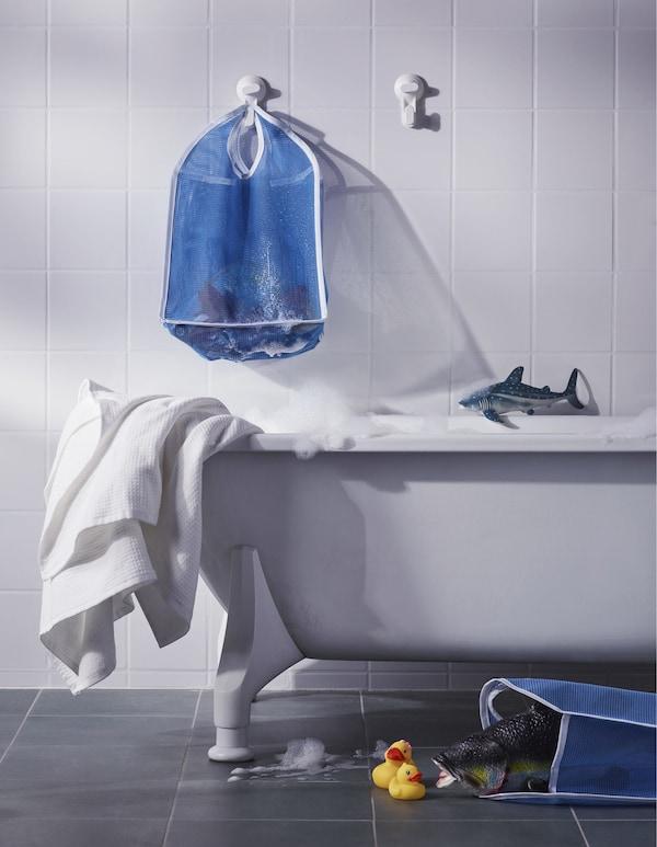 IKEA LÅDDAN sareta poltsa urdina umeen jostailuak biltegiratzeko eta lehortzeko, bainuontziaren gainean zintzilik.