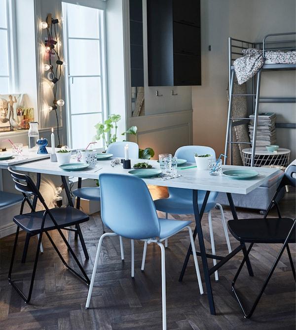 IKEA LEIFARNE Stuhl hellblau/Broringe weiss ist mit seinen Stahlbeinen und geschwungener Rückenlehne stapelbar. So kannst du deinen Platz optimal nutzen und deine Freunde und du habt es bequem.