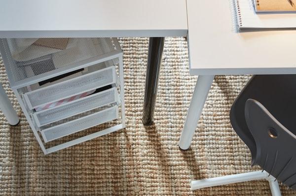 IKEA LENNART Bloco de gavetas em branco, visto de cima por baixo de uma secretária