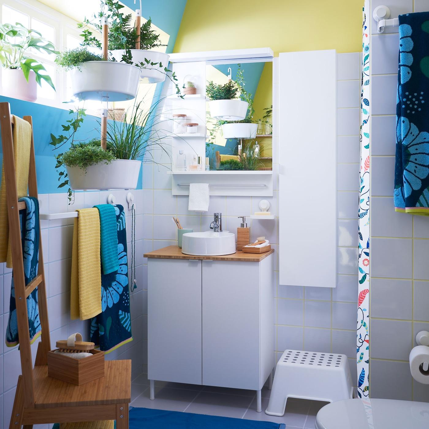 IKEA LILLÅNGEN kylpyhuonekalusteet pieniin tiloihin sopivat pieneen kylpyhuoneeseen ja vuokra-asunnon kylpyhuoneeseen eivätkä vaadi poraamista. Kylpyhuoneeseen sopivat huonekasvit ja kukalliset tekstiilit ovat keinoja, joilla voit piristää kylpyhuoneen sisustusta. IKEA SANDVILAN kukallinen kylpypyyhe on kirkkaansininen ja tummanvihreä.