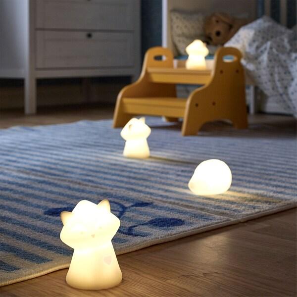 동물 모양의 IKEA LURIGA 루리가 LED 수면등 네 개가 아기방 안에서 부드럽고 은은한 조명을 비추는 모습