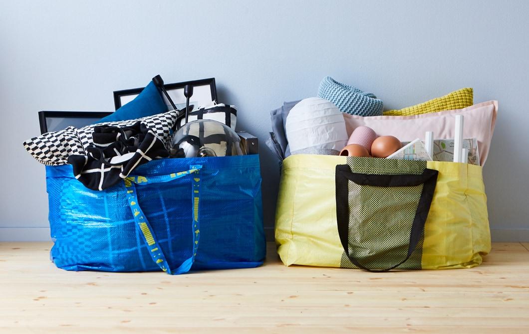 IKEA ma produkty do wystroju pokoju dziennego na każdą kieszeń, które zmieszczą się do torby na zakupy YPPERLIG lub FRAKTA.