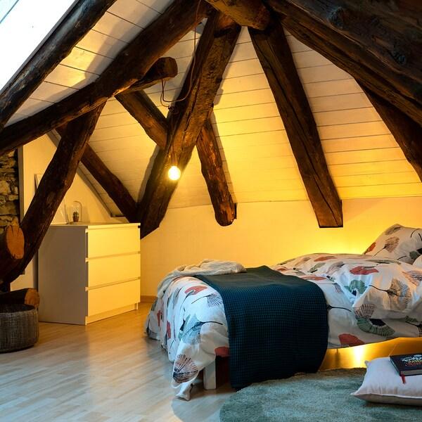 IKEA MALM Kommode bietet Stauraum im Schlafzimmer.